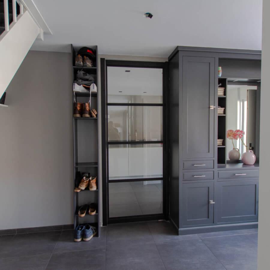 stalen taatsdeur tussen keuken en hal